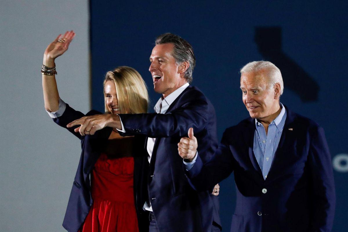 El Presidente Joe Biden (der.) en el evento con Gavin Newsom y su esposa Jennifer en Long Beach.
