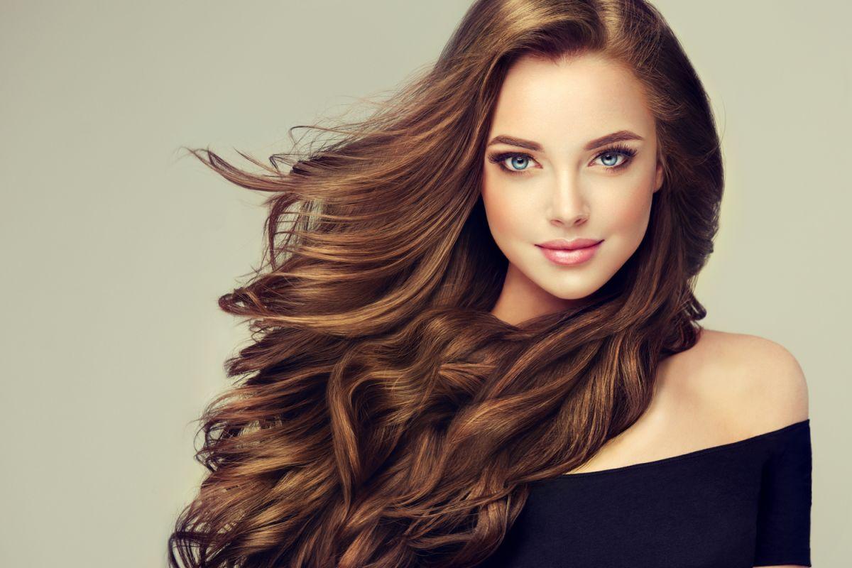 El cabello también necesita cuidados para evitar que se debilite o reseque, ya sea por falta de vitaminas o por agentes externos como químicos y herramientas de calor