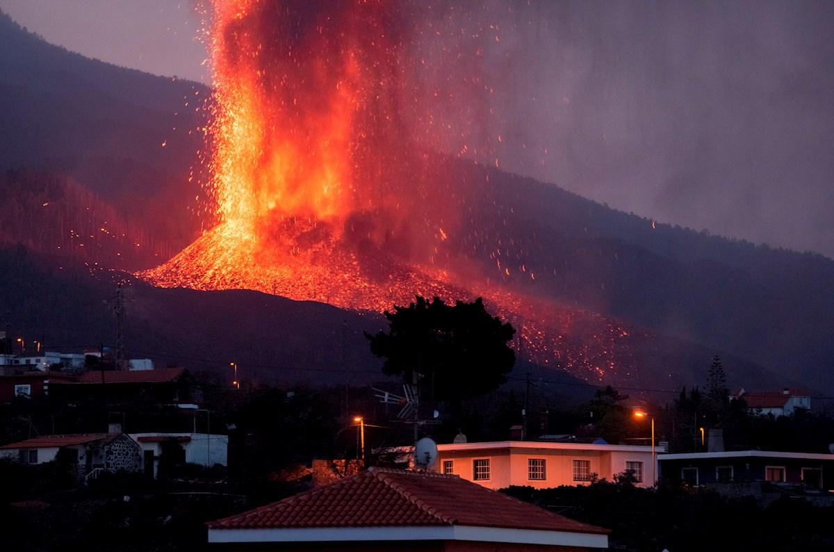 Erupción del volcán Cumbre Vieja afecta a habitantes de la isla de La Palma en España.