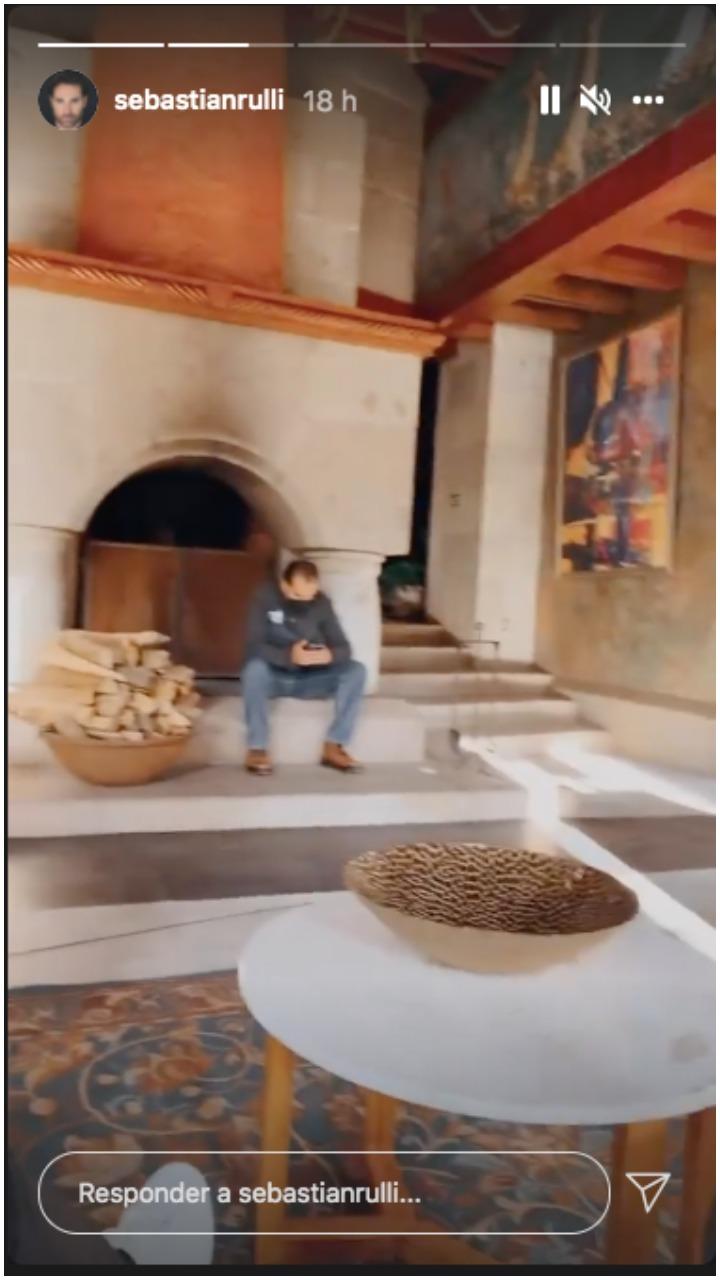 Sebastián Rulli presumió la chimenea de pieda (Sebastián Rulli/Instagram)