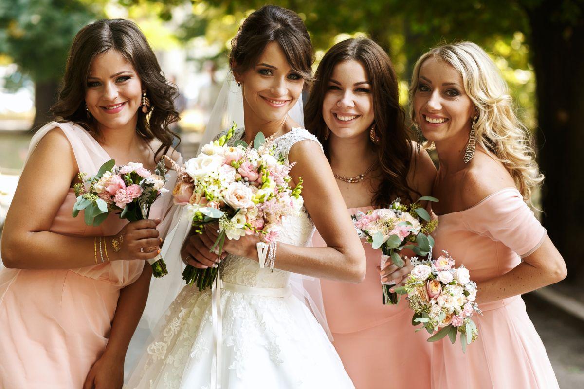 Las damas de honor cumplen un papel muy importante en las bodas, así que darles un regalo es una buena idea