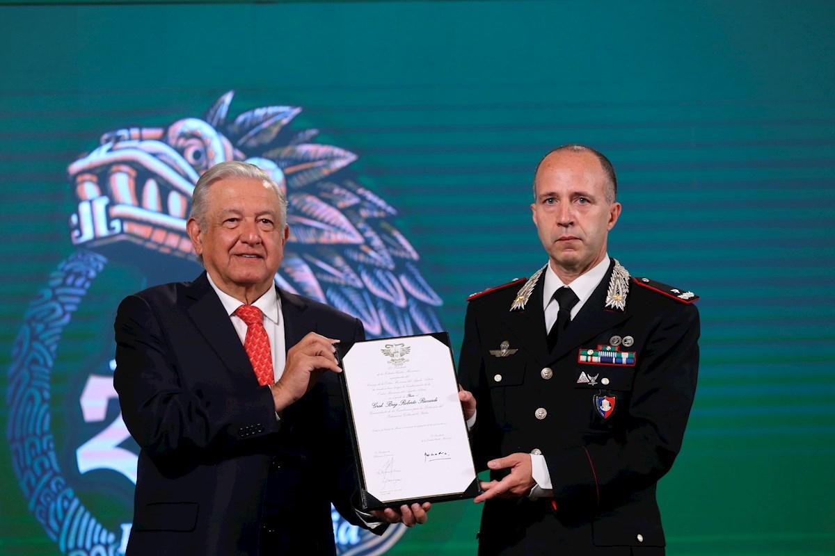 AMLO entrega al italiano Roberto Riccardi la condecoración de la Orden Mexicana del Águila Azteca.