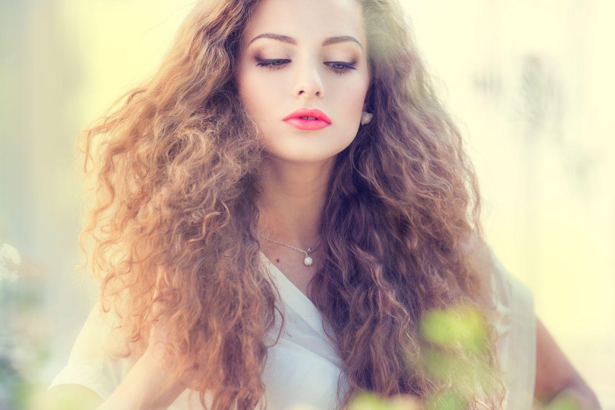 El frizz en el cabello puede ser muy molesto, pero también es fácil de tratar