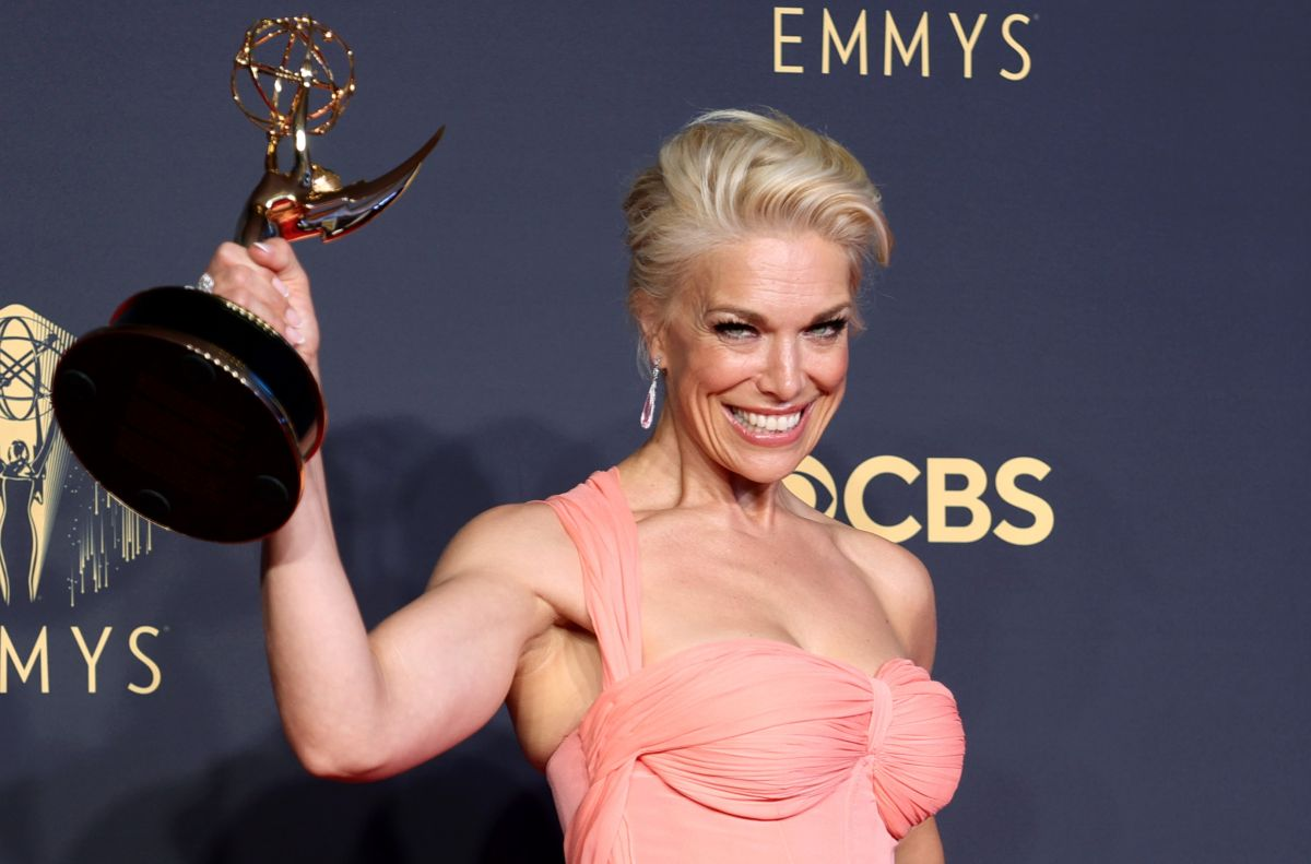 Hanna Waddingham, ganadora del Emmy como Mejor Actriz de Reparto en Serie de Comedia.