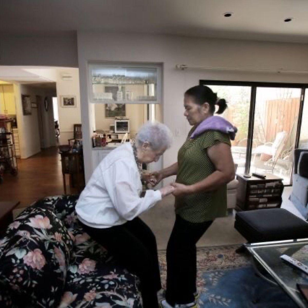 Más de 600,000 personas en California reciben atención en el hogar a través de programas estatales. /  archivo.