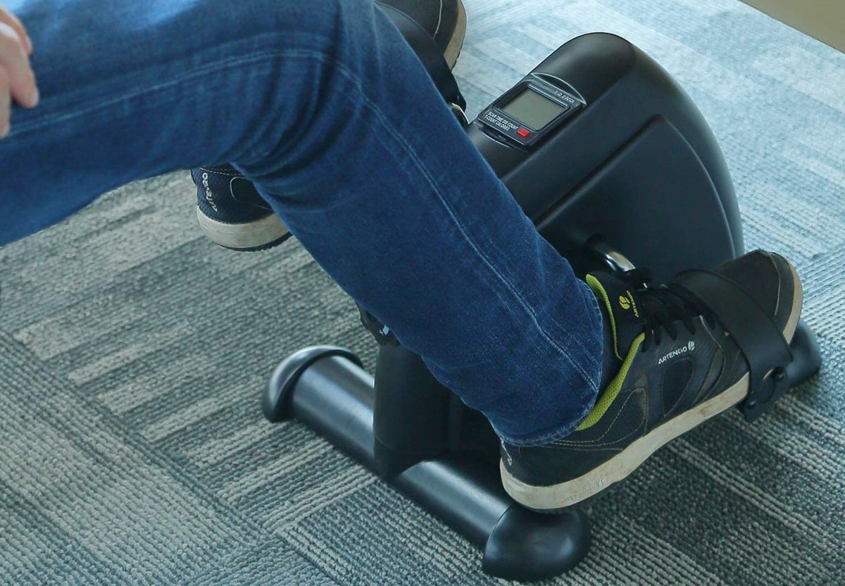 Las máquinas de pedales son excelentes opciones para mejorar la circulación de las piernas y ejercitarte en casa