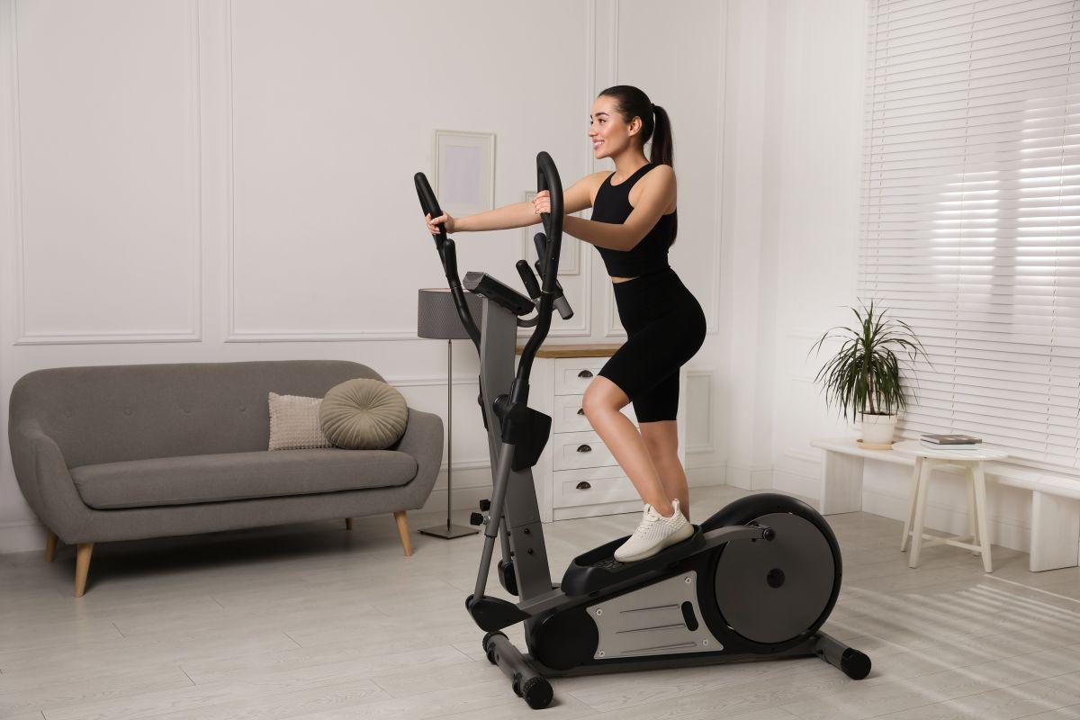 Las máquinas elípticas son ideales para ejercitarte en casa sin afectar negativamente tus articulaciones