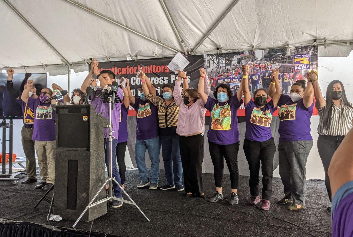 Miembros del sindicato y trabajadores celebran por el nuevo contrato. / fotos: Jacqueline García.