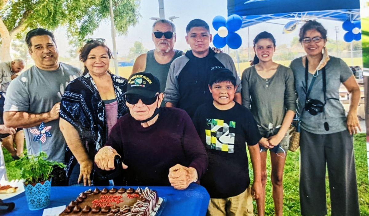 Crispín Mojica (centro) celebra sus 90 años  junto a sus familiares  / fotos: cortesía.