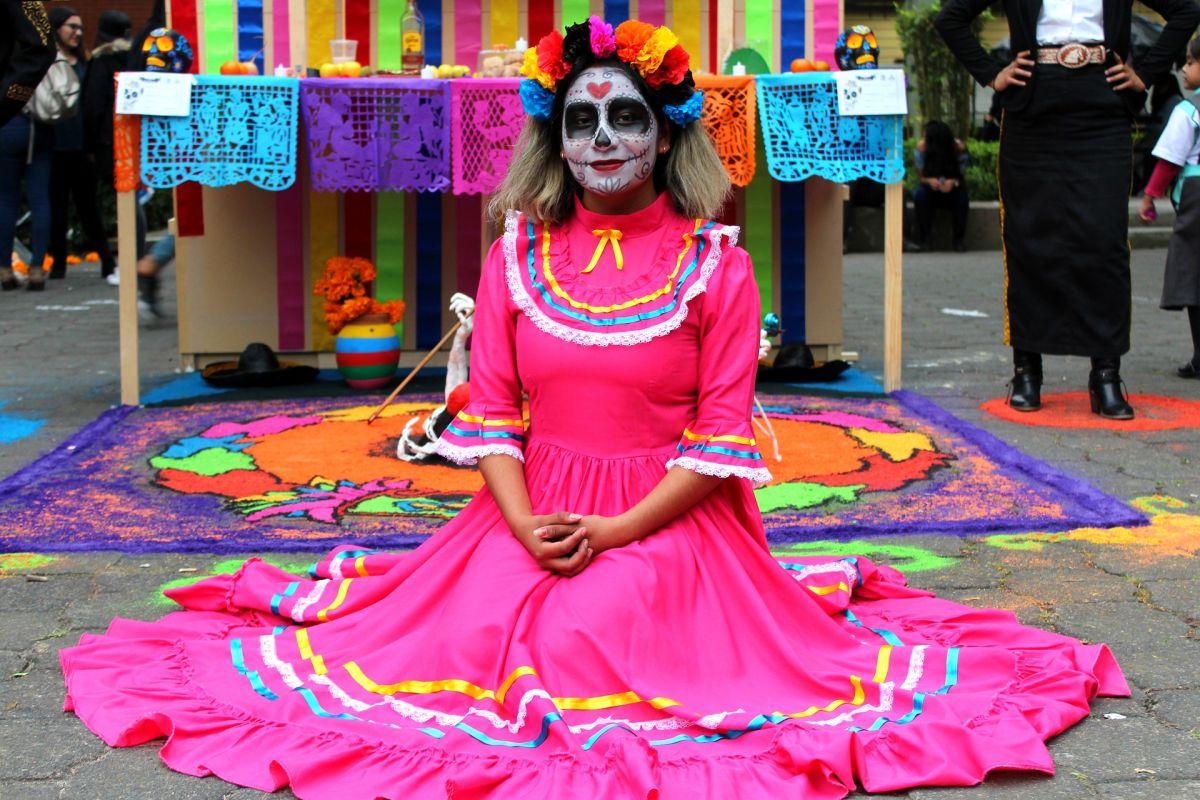 Las ofrendas o altares en Día de Muertos es una tradición muy mexicana.