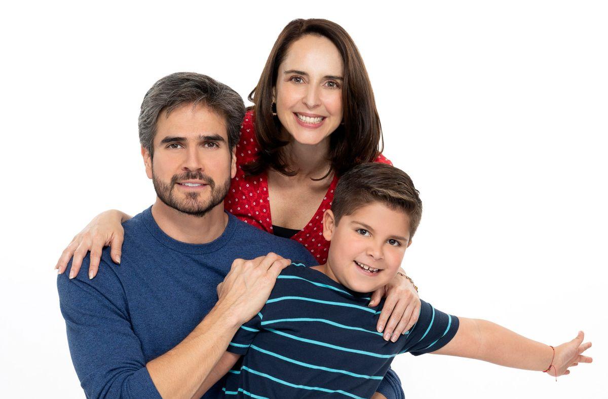 Daniel Arenas, Irán Castillo y el niño Lorenzo Herrera protagonizan 'S.O.S. Me Estoy Enamorando'.