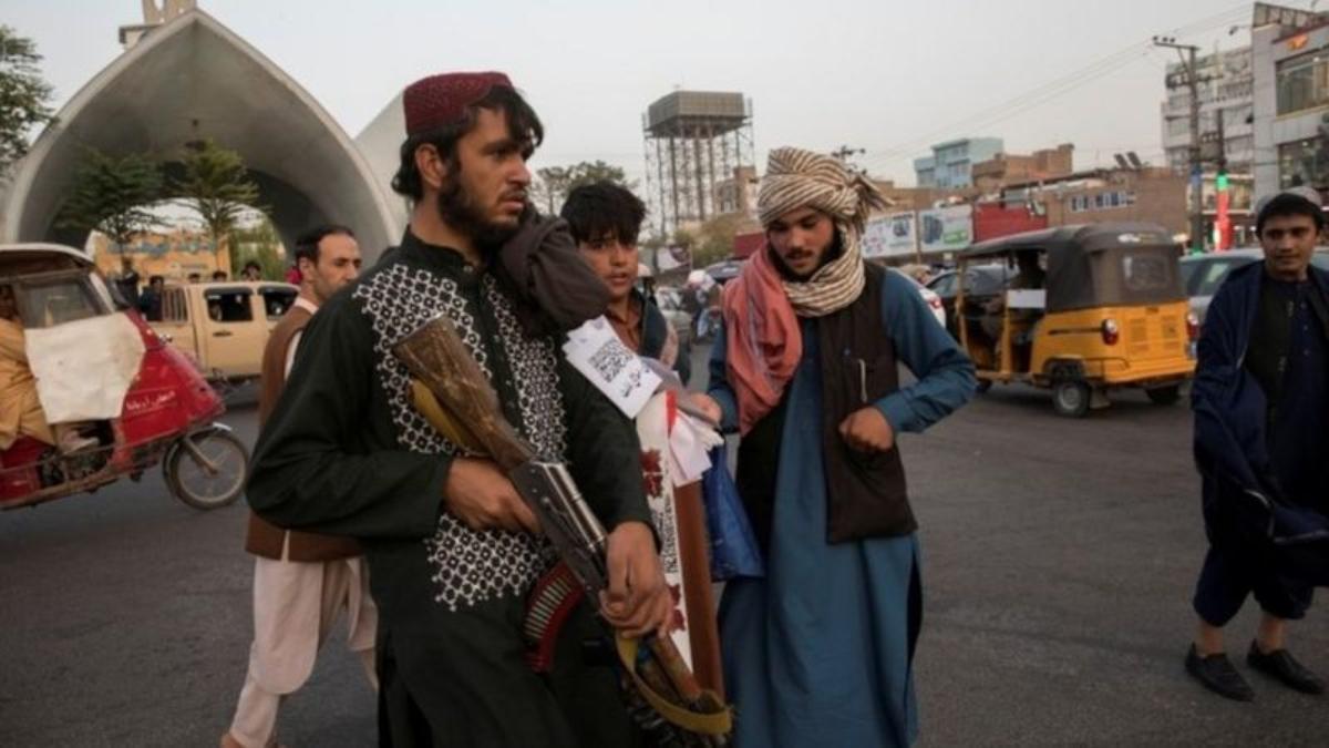 Talibanes patrullando en la ciudad de Herat el pasado 10 de septiembre.