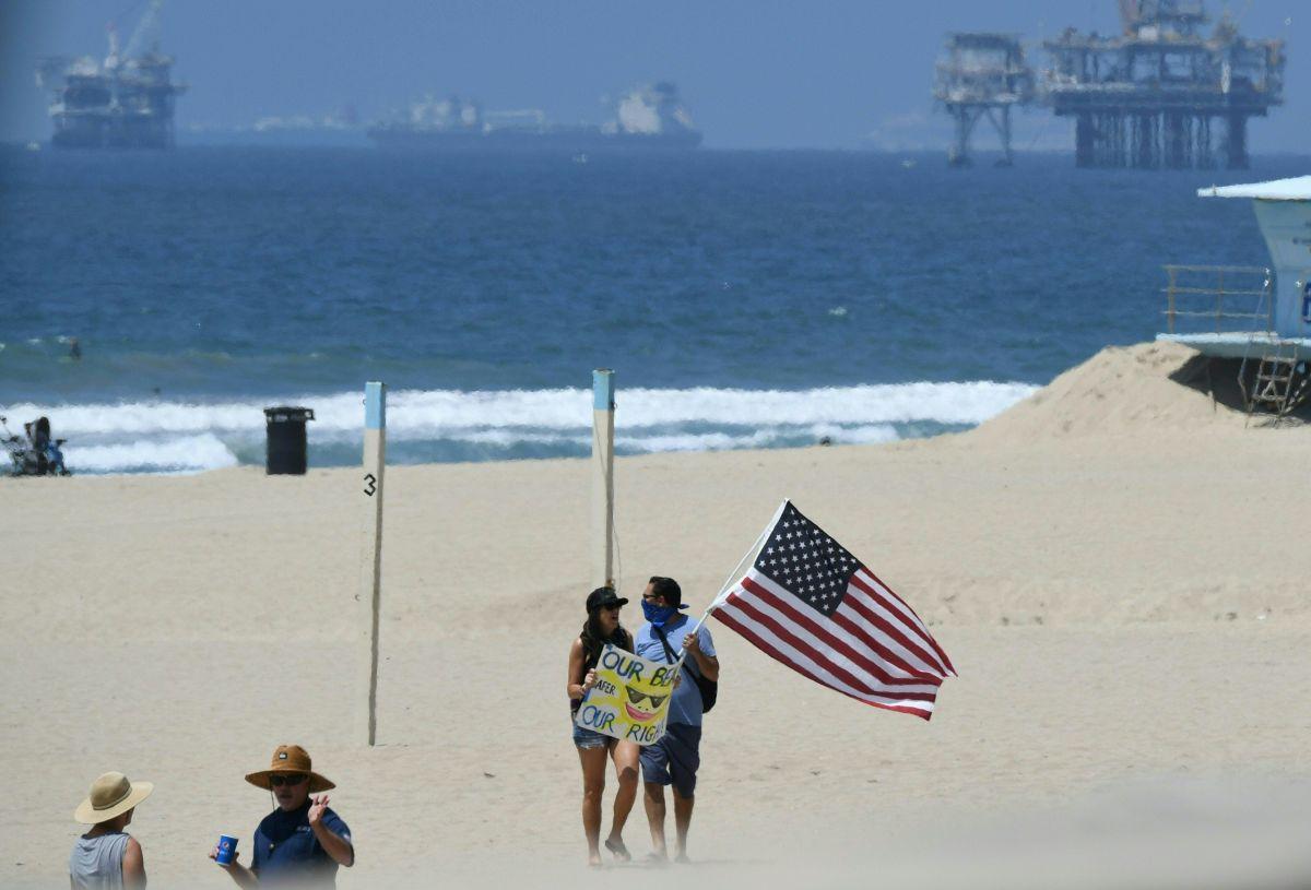 Al no encontrarse contaminantes por petróleo en el mar, fueron reabiertas las playas de Huntington Beach.