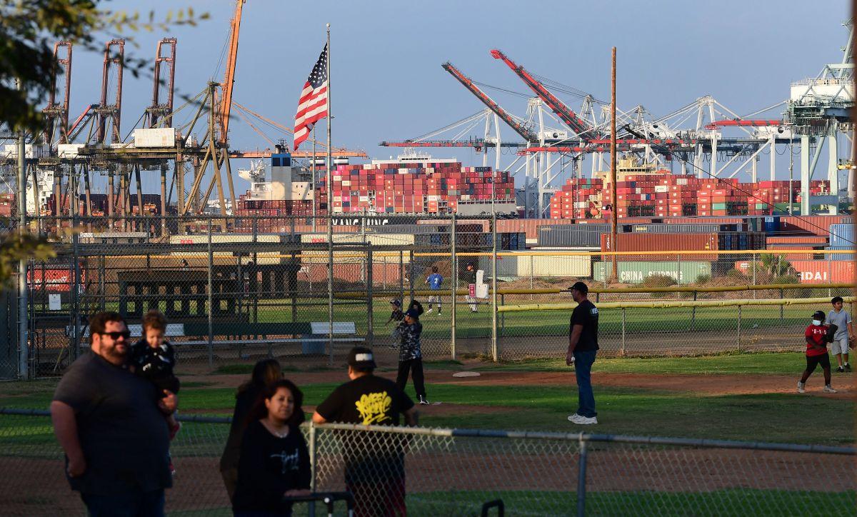 Los contenedores en el puerto de Los Ángeles en algunos casos han tardado más de seis semanas en ser descargados.