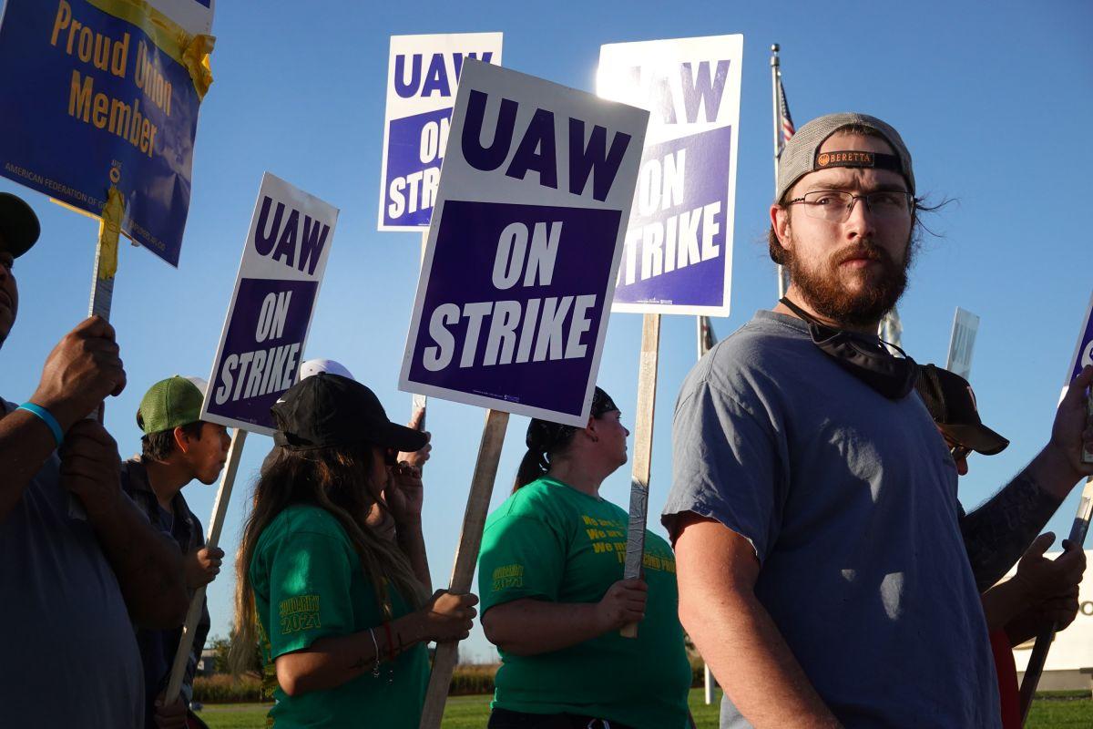 Trabajadores protestan frente a John Deere Harvester Works el 14 de octubre de 2021 en East Moline, Illinois.