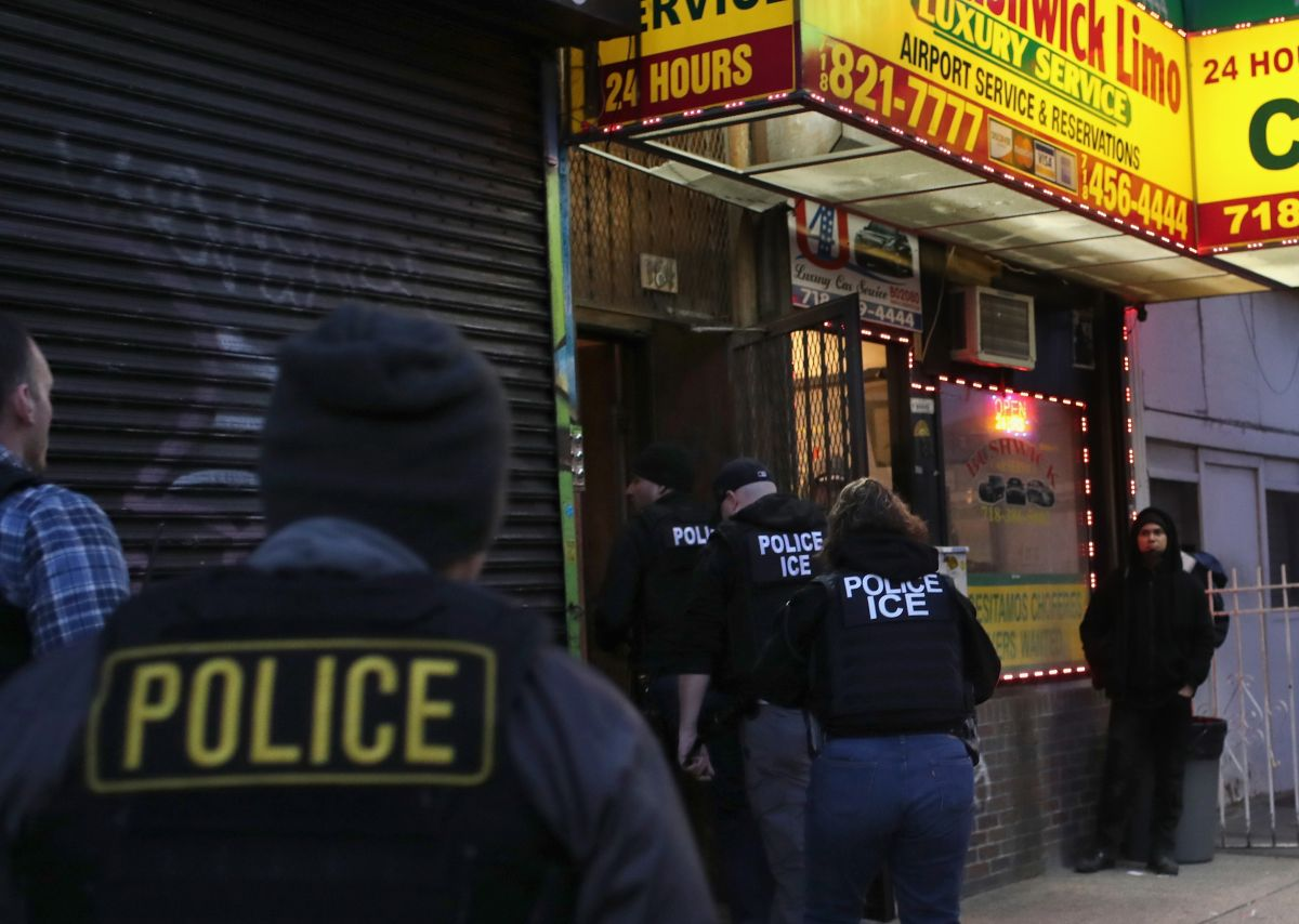 Los agentes de ICE dejarán de realizar operaticos en lugares de trabajo.
