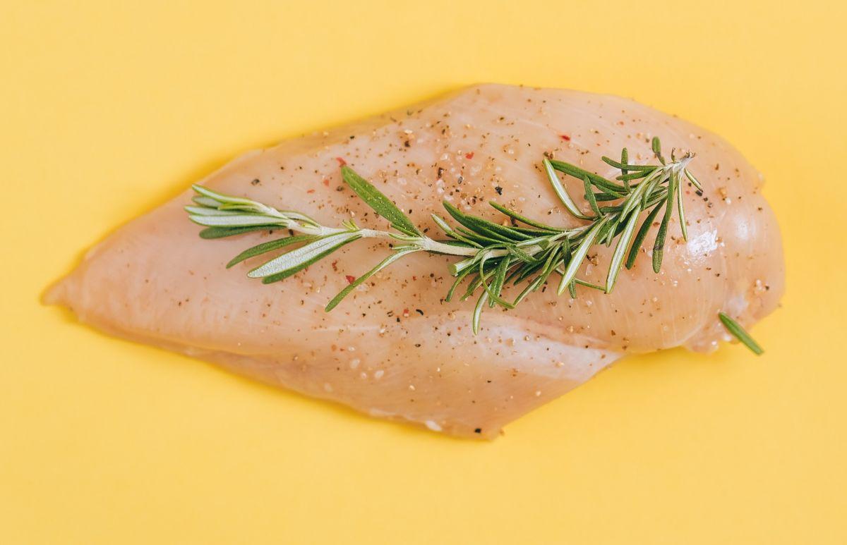 La pechuga de pollo es rica en proteínas y ayuda a producir colágeno.