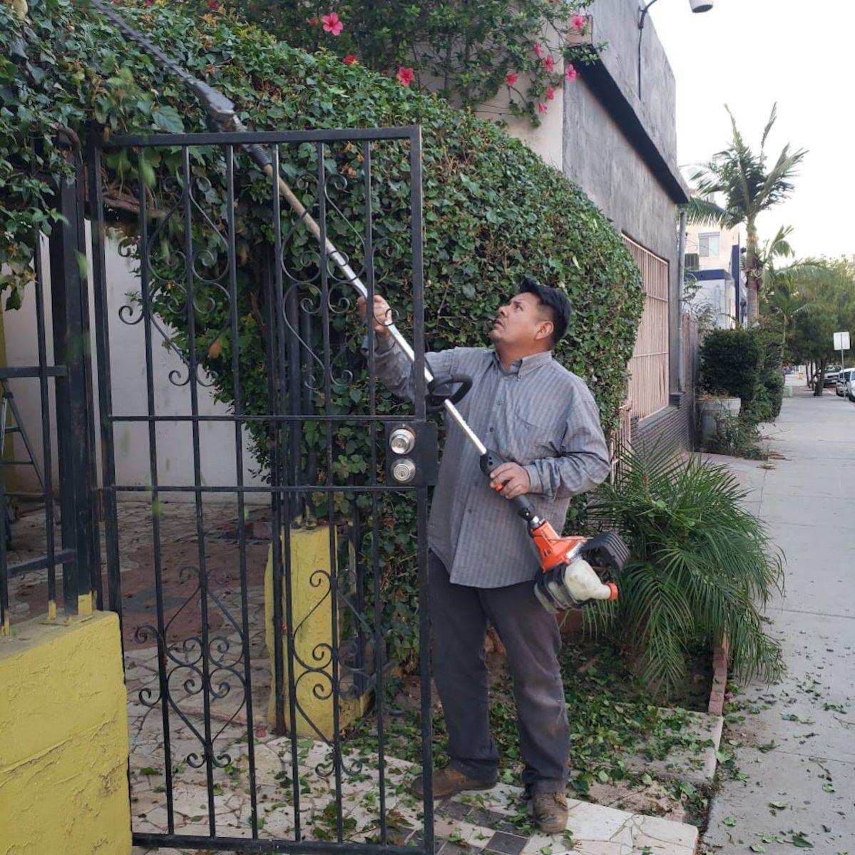 Salvador Candía en contra de una nueva ley que les exigirá usar equipo de trabajo que no use gasolina. (Cortesía)