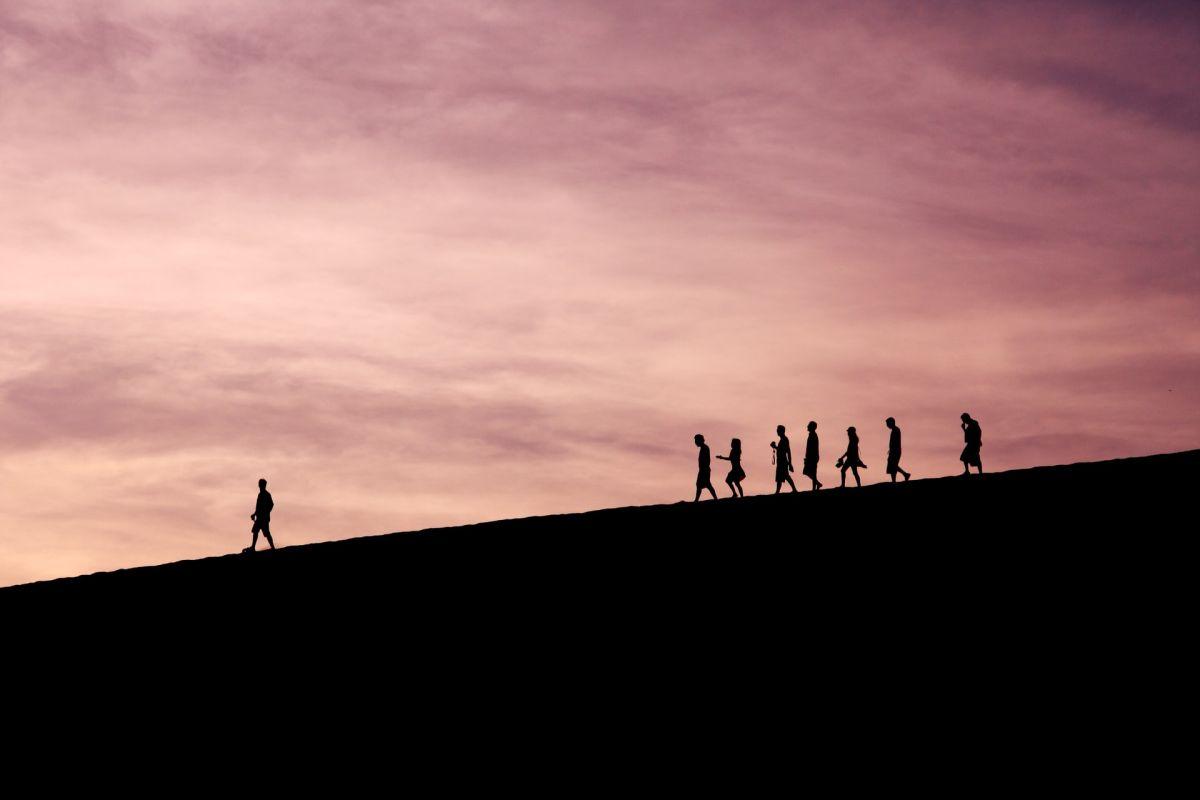 Los líderes saben guiar a un grupo de personas.