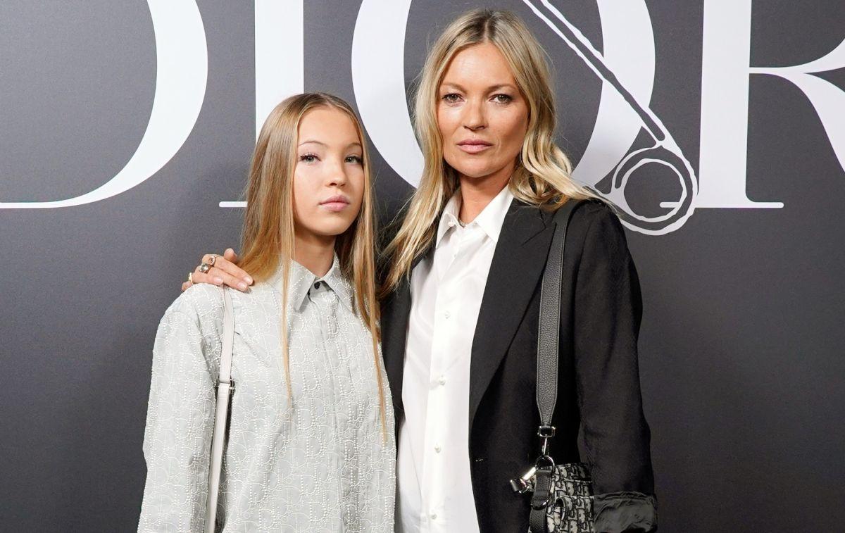 La hija de Kate Moss desfila por la pasarela con su bomba de insulina