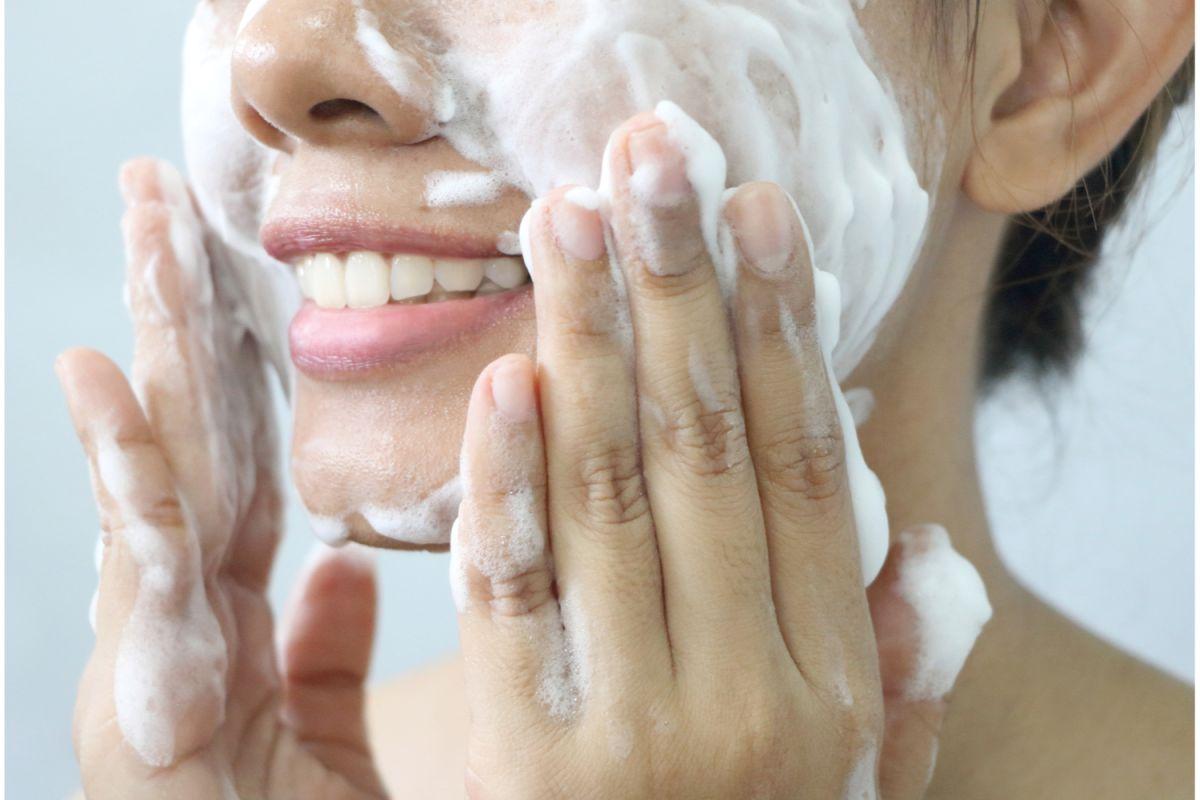 La limpieza facial es el más importante paso de las rutinas de skincare. Debemos realizarla en la mañana y en la noche