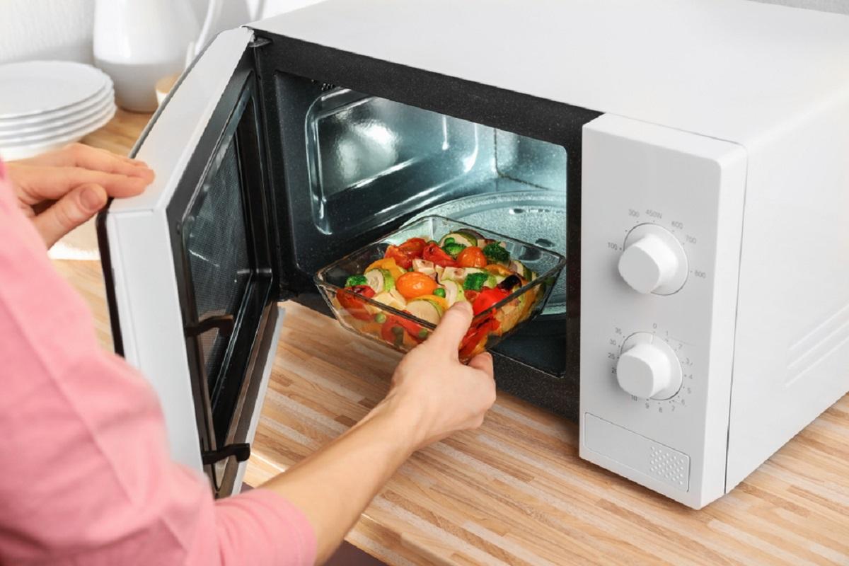 La comida se calentará de manera más uniforme en el microondas si la colocas al borde del plato giratorio.